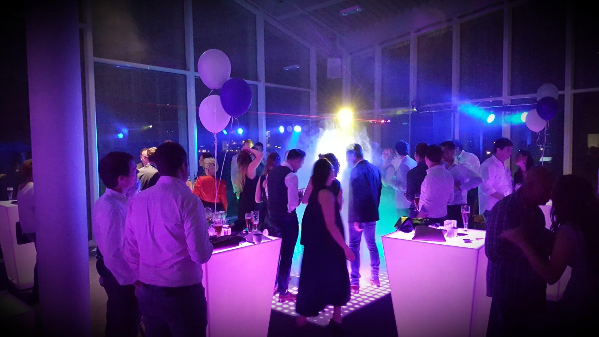 Verlichte vloer en DJ in de Maaspoort in Venlo