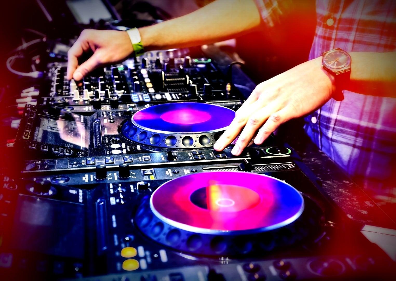 Feest dj;s voor bedrijfsfeesten kleine en groot in venlo